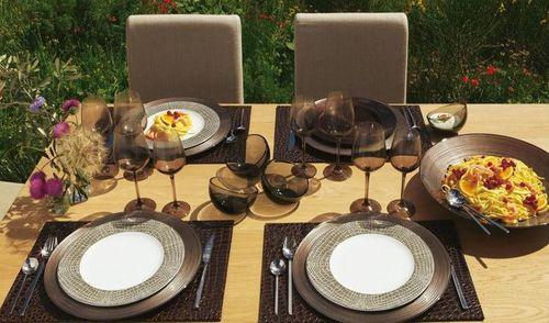 Сервировка стола тарелками фото