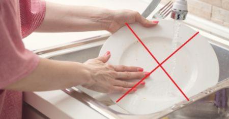 Почему нельзя мыть посуду в гостях - разбираемся с приметой