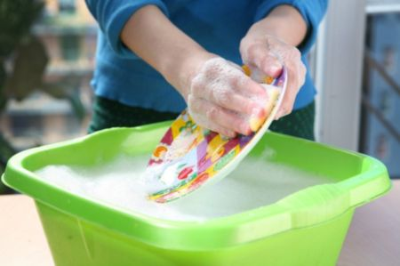 Эффективно ли мыть посуду хозяйственным мылом?