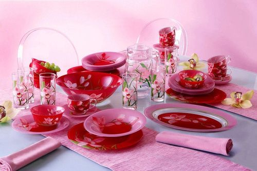 Красивый розовый сервиз