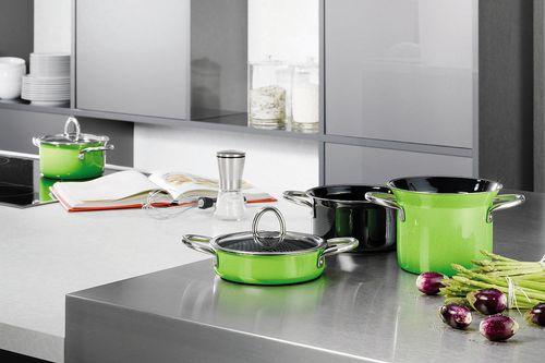 Зеленые кастрюльки на кухне