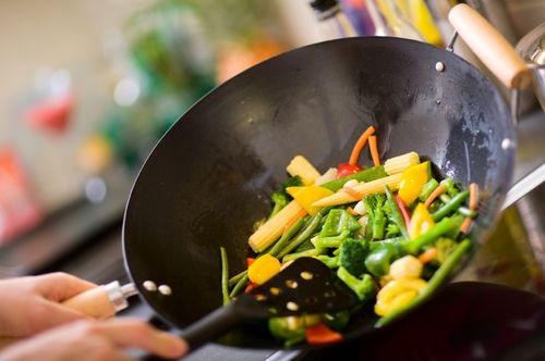 Приготовление овощей на антипригарной сковороде